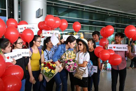 Nam Em cung fans vay 'co do sao vang', duoc don bang xe 8 ty ngay ve nuoc - Anh 5