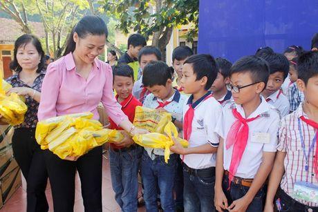 Tong Cong ty giay Viet Nam trao qua cho cac tuong hoc bi thiet hai do mua lu tai Quang Binh - Anh 1
