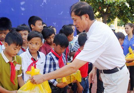 Tong Cong ty giay Viet Nam trao qua cho cac tuong hoc bi thiet hai do mua lu tai Quang Binh - Anh 2