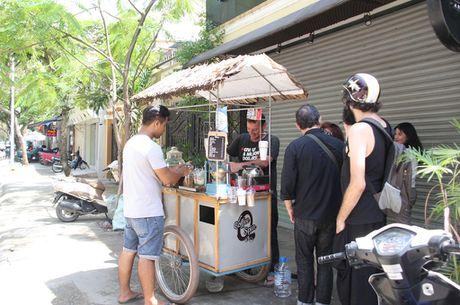 Ong Tay ban ca phe 'coc' giua Sai Gon cho khach du mau da - Anh 13