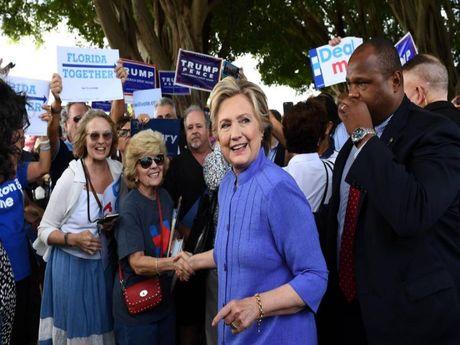 FBI da duoc phep dieu tra be boi email cua ba Clinton - Anh 1