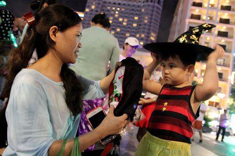 Hoa thanh xac song tray hoi Halloween tren pho di bo - Anh 11
