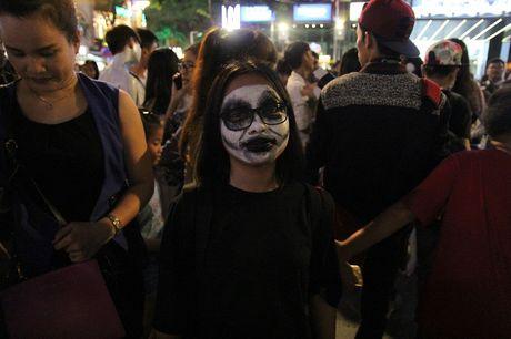 Hoa thanh xac song tray hoi Halloween tren pho di bo - Anh 14
