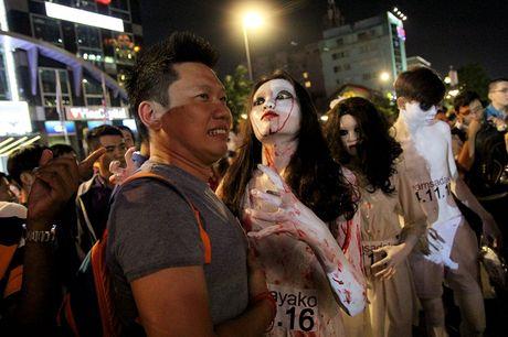 Hoa thanh xac song tray hoi Halloween tren pho di bo - Anh 3