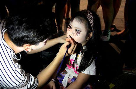 Hoa thanh xac song tray hoi Halloween tren pho di bo - Anh 7