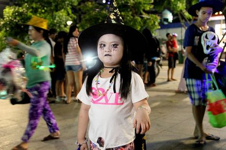 Hoa thanh xac song tray hoi Halloween tren pho di bo - Anh 8