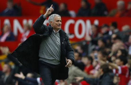 Mourinho ngan cam hoc tro chup anh - Anh 1