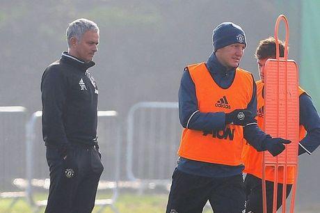 Mourinho bat ngo goi lai Schweinsteiger sau 4 thang bo roi - Anh 3