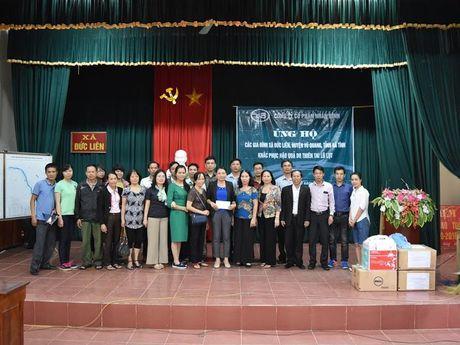 CTCP Nhan Binh trao tan tay dong bao lu lut 200 suat qua tri gia hon 100 trieu dong - Anh 1