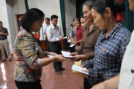 CTCP Nhan Binh trao tan tay dong bao lu lut 200 suat qua tri gia hon 100 trieu dong - Anh 2
