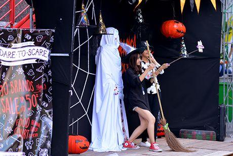 Man hoa trang Halloween nong bong dot mat khan gia - Anh 7