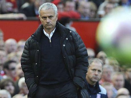 Man United khung hoang vi Mourinho dung thu bong da tu 10 nam truoc - Anh 2