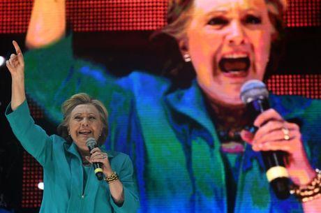 Cuu giam doc FBI: 'Gia dinh Clinton day ghe gom!' - Anh 1