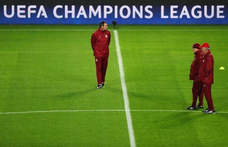 Tap luyen hang say, thay tro Ancelotti quyet tam ha guc PSV - Anh 2