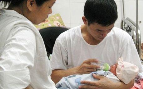 Vo sinh con, chong duoc nghi o nha cham soc - Anh 1