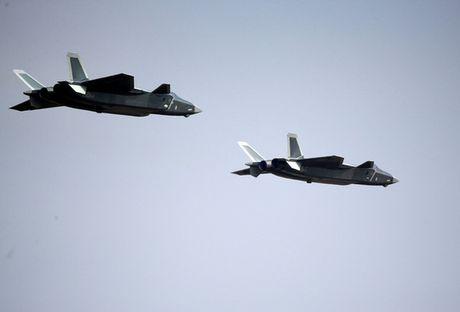 Trung Quoc trinh lang may bay tang hinh J-20 - Anh 2