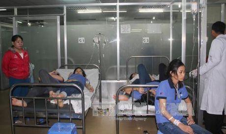 Hang tram cong nhan Binh Duong nhap vien do nghi ngo doc thuc pham - Anh 1