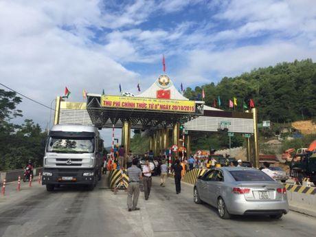 4 xe khach xoay ngang, chan tram thu phi QL6 Hoa Lac – Hoa Binh - Anh 1