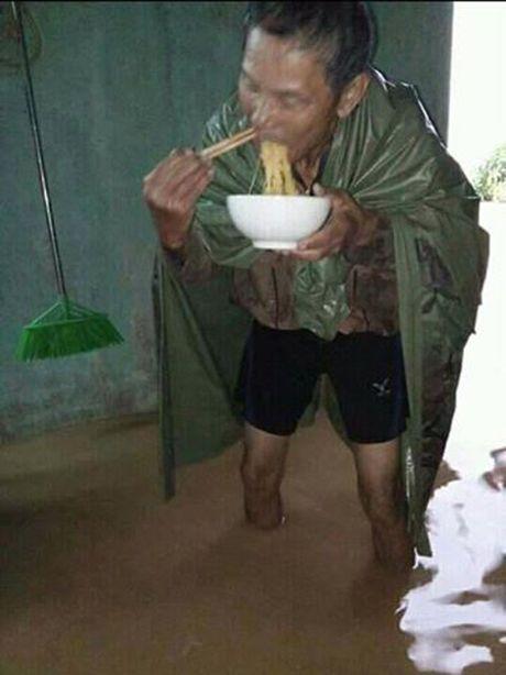 Hang ngan ngoi nha bi ngap, nguoi mien Trung mac ao mua, dung trong nuoc an mi tom chong lu - Anh 1