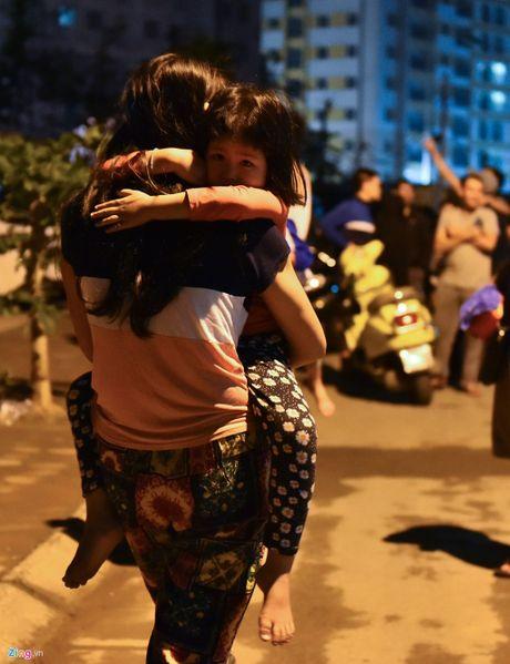 Hien truong vu chay chung cu Rainbow Linh Dam: Om Macbook thao chay - Anh 7