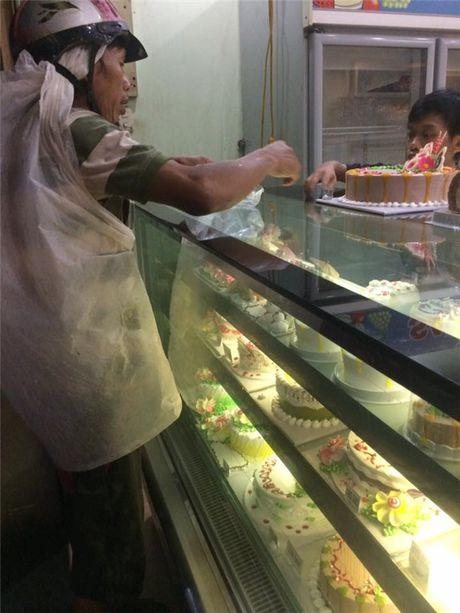 Xuc dong hinh anh nguoi cha ngheo mua banh sinh nhat cho con gai - Anh 3