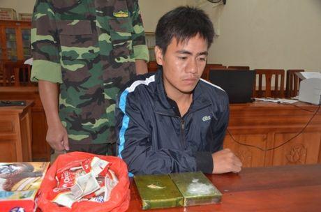 Bien phong Quang Ninh bat giu doi tuong van chuyen 2 banh heroin - Anh 1