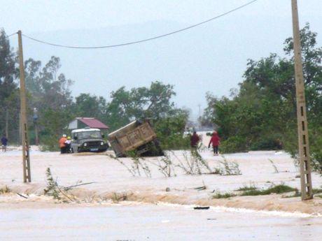 Quang Binh: Chu quan vuot lu, 6 nguoi thoat chet trong gang tac - Anh 2