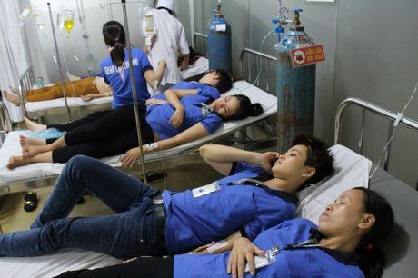 Binh Duong: Hang tram cong nhan nhap vien sau bua an chieu - Anh 1