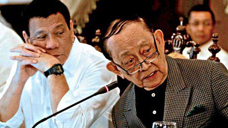 Bat man voi Tong thong Duterte, ong Ramos tu chuc dac phai vien - Anh 1
