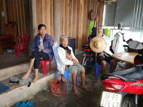 Mien Trung bon be nuoc dang, nguoi va gia suc o Ha Tinh chay lu suot dem - Anh 8