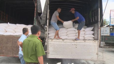 Bo Cong an phat hien 33 tan duong cat nghi nhap lau tu Campuchia - Anh 1