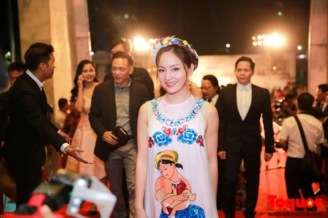 Hoa hau Do My Linh long lay cung dan sao viet tren tham do LHP Quoc te Ha Noi - Anh 5