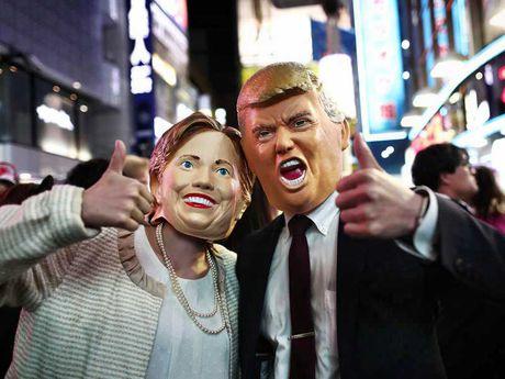 Ba Clinton giam dan cach biet voi ong Trump - Anh 1