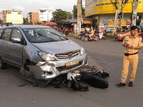 Xe Toyota Innova tong lien hoan, 3 nguoi bi thuong - Anh 1