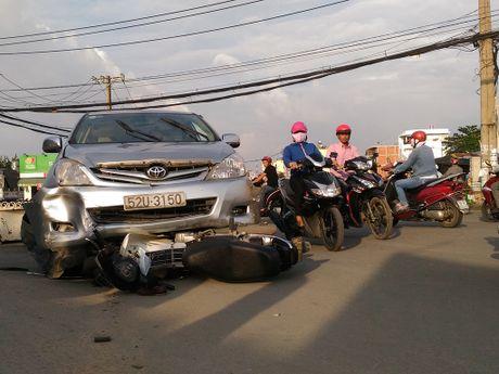 Xe Toyota Innova tong lien hoan, 3 nguoi bi thuong - Anh 2