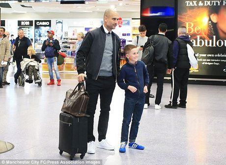 Messi cung dan sao Barca sanh dieu do bo san bay Manchester - Anh 11