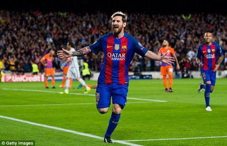 Messi cung dan sao Barca sanh dieu do bo san bay Manchester - Anh 12
