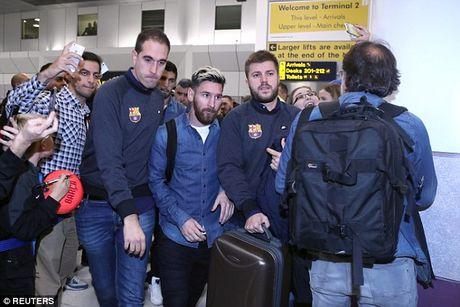 Messi cung dan sao Barca sanh dieu do bo san bay Manchester - Anh 1