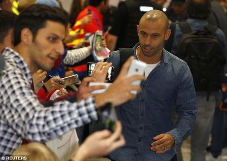 Messi cung dan sao Barca sanh dieu do bo san bay Manchester - Anh 3