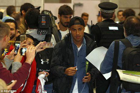 Messi cung dan sao Barca sanh dieu do bo san bay Manchester - Anh 6