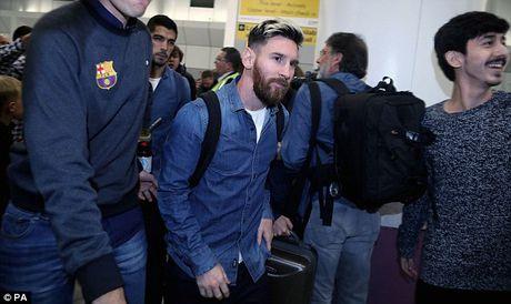 Messi cung dan sao Barca sanh dieu do bo san bay Manchester - Anh 7