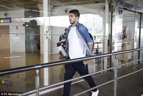 Messi cung dan sao Barca sanh dieu do bo san bay Manchester - Anh 9