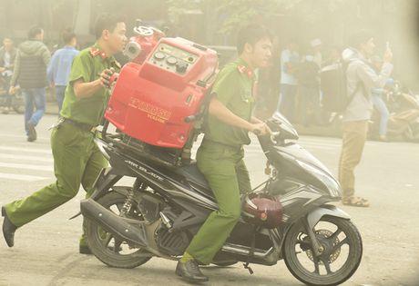 Canh sat PCCC chien dau voi giac lua o pho Tran Thai Tong - Anh 3