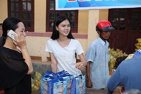 Phi Thanh Van, Le Ngoc Trinh den voi dong bao Quang Binh - Anh 1