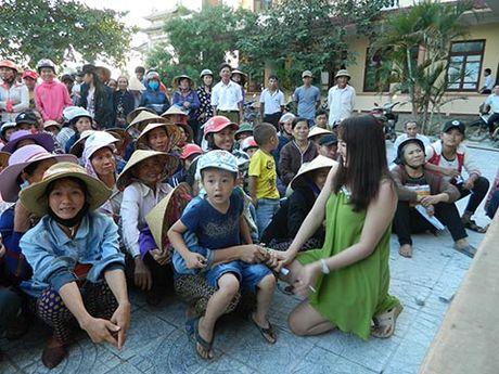 Phi Thanh Van, Le Ngoc Trinh den voi dong bao Quang Binh - Anh 4