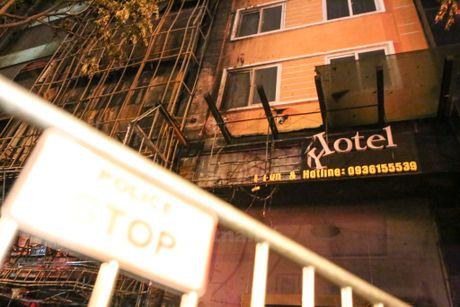 Hien truong kinh hoang sau vu chay quan karaoke o pho Tran Thai Tong - Anh 6