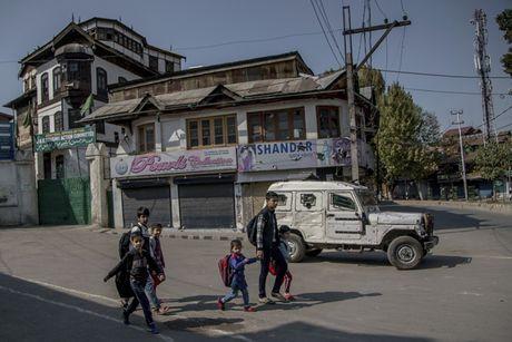 An Do dong cua vo thoi han hang tram truong hoc o Kashmir - Anh 1