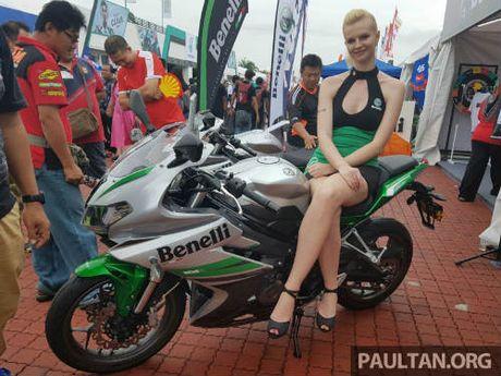 2017 Benelli 302R va TnT135 lo dien khien phai manh 'them' - Anh 1