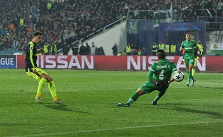 Oezil lai no sung, Arsenal nguoc dong ngoan muc truoc Ludogorets - Anh 3