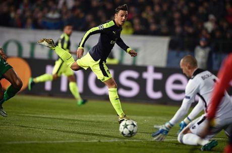 Oezil lai no sung, Arsenal nguoc dong ngoan muc truoc Ludogorets - Anh 7